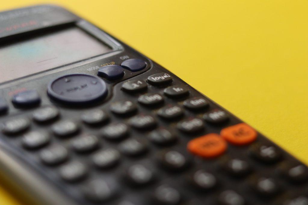 calculadora em foco representando ponto de equilíbrio contábil